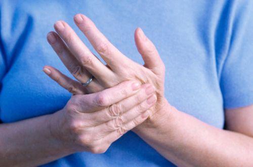 Чим може бути викликана біль в пальцях рук?