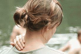 Чому хрумтить шия і що це може означати?