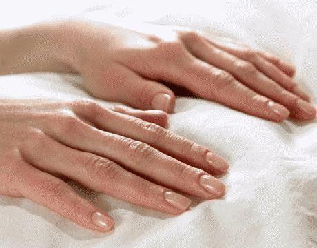 Чому нігті рук відшаровуються і що робити?